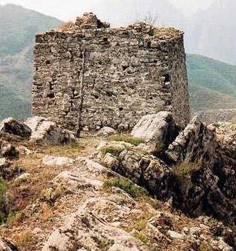 西城墙与东城墙的结构及保护情况相同