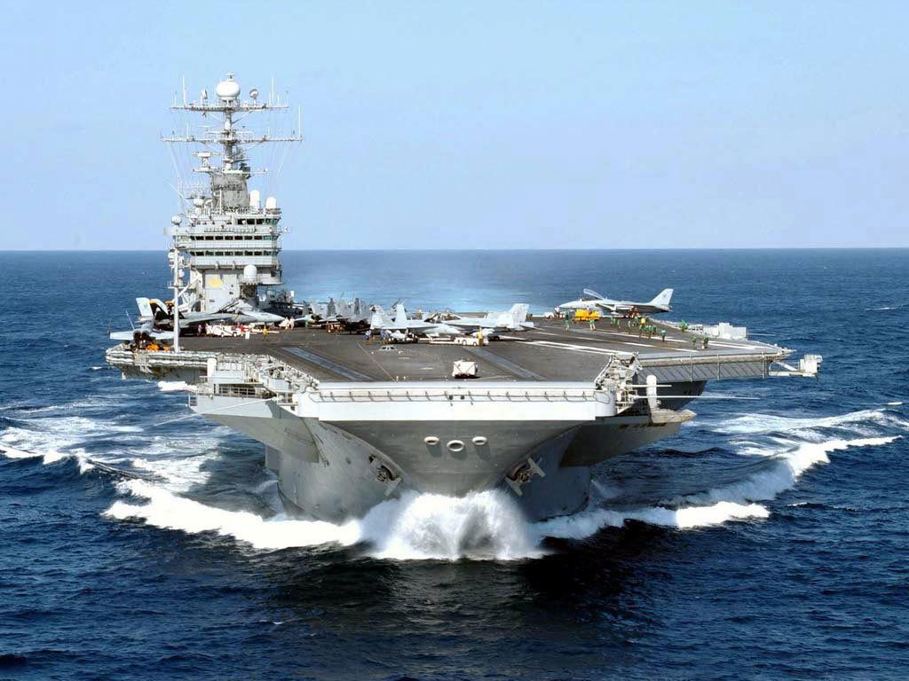 以美国航空母舰为例,降落过程是这样的:首先回归的飞机要进入环绕母舰