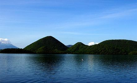 从全罗南道丽水附近的海区向西到黑山岛,红岛,大大小小的岛屿和千姿