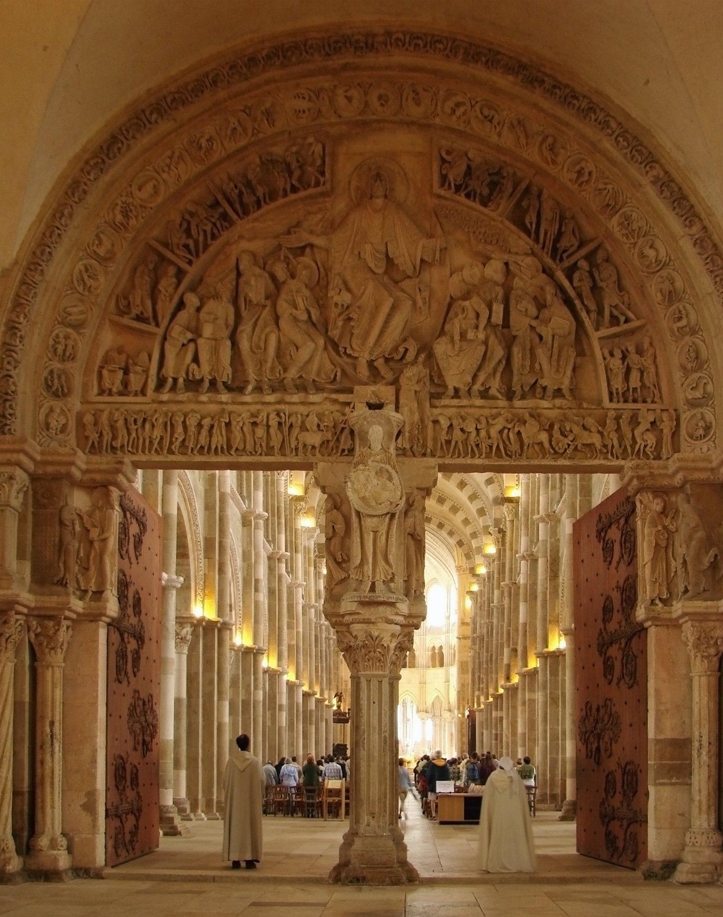 编辑本段建筑风格   中殿富丽豪华,其半圆形拱券结构独具匠心.