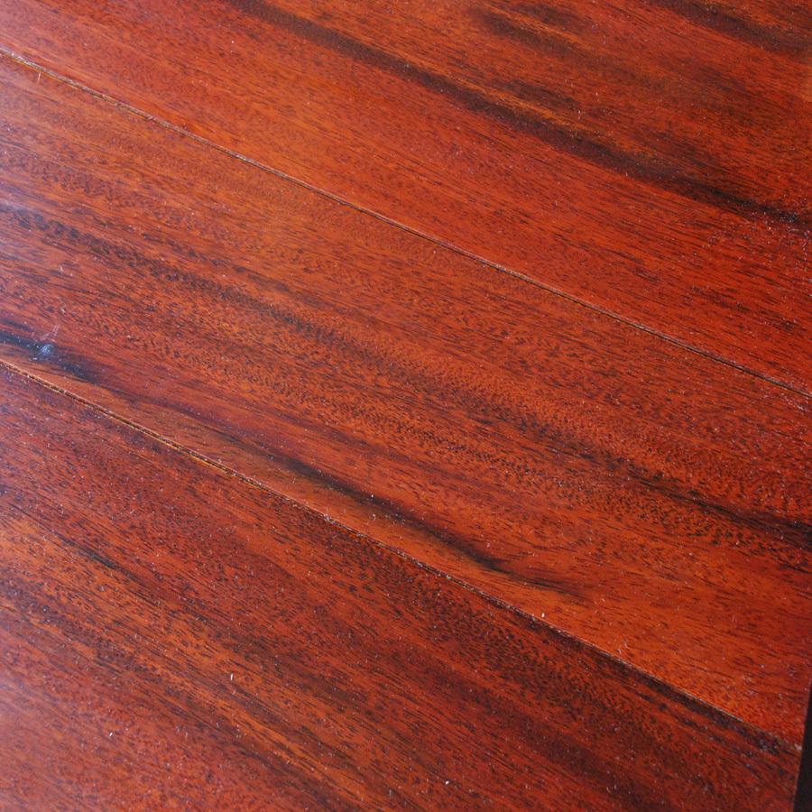 1.地板要买有国家权威部门的检测报告,产品包装上还要有完整标识。   2.看耐磨转数。家庭用地板耐磨转数入门级别为4000转,而在公共场所通常选用9000转以上。装饰层要耐光照。   3.查甲醛释放限量。强化木地板中的甲醛释放量入门级别为E1(1.5mg/L),E0(0.5mg/L),更高等级为F3星和F4星级。   4.看基材密度。强化木地板的基材密度应为0.