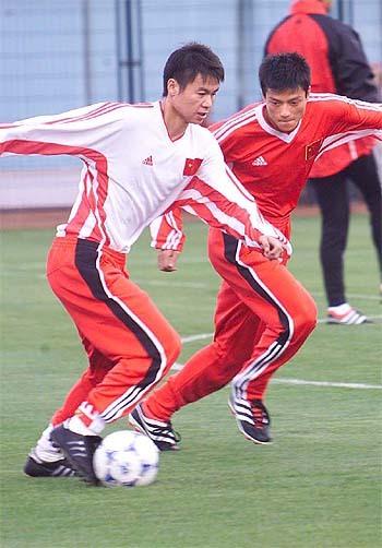 1997年在重庆嘉陵足球队;   1998年1月-1999年12月在前卫寰岛队