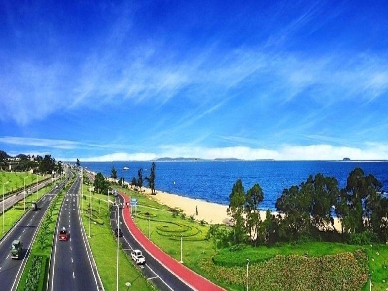 绕着环岛路骑自行车,聆听海浪