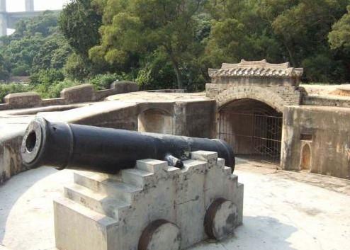 威远炮台位于虎门镇威远岛南山前偏西南海滩处.