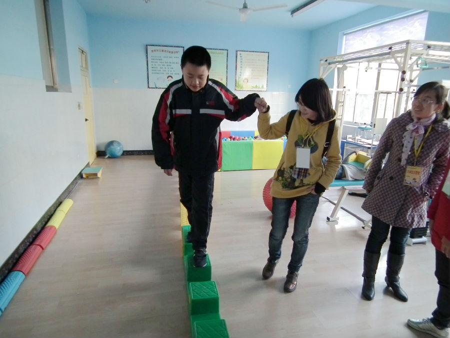 在给智障儿童进行教学和训练