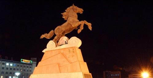 德令哈中心广场上的奔马雕塑