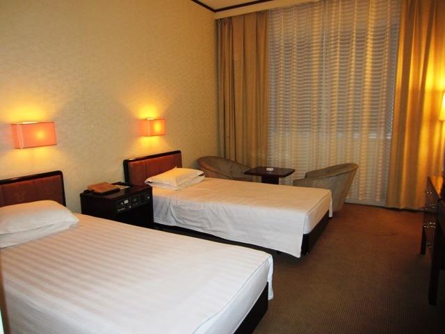 羊角岛国际饭店被水环绕,位于大同江江心羊角岛上,景色宜人,空气清新.