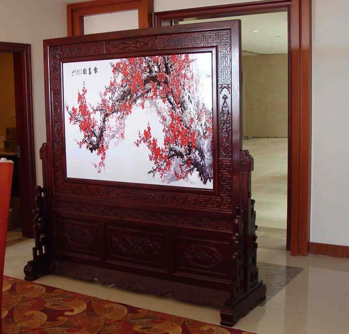 浅浮雕屏风就是浅浮雕画面与红木框架的完美结合